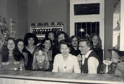 Familie und Mitarbeiter in der Bar bei der Weihnachtsausstellung, 1980